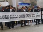 Auditores fiscais fazem manifestação no aeroporto do Galeão, no Rio