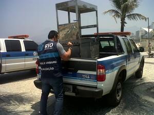 Um carrinho de aço inoxidável foi um dos materiais apreendidos com um comerciante ilegal na orla da Zona Sul (Foto: Divulgação / Seop)