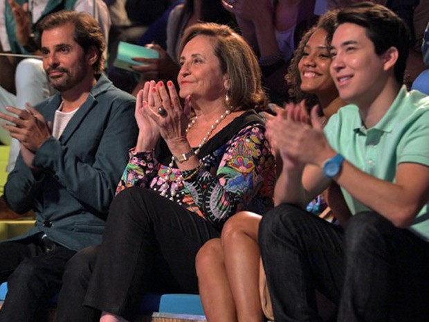 Lucinha Araújo curte ver imagens de Cazuza na Marra (Foto: Pedro Curi / TV Globo)