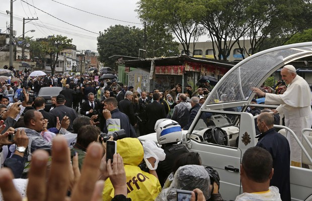 O papamóvel pelas ruas da comunidade de Varginha, no Complexo de Manguinhos (Foto: AP Photo/Andre Penner)