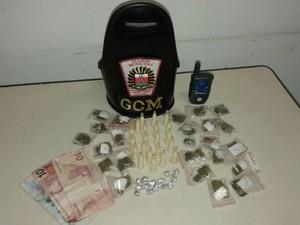 Adolescente foi apreendido com porções de crack e cocaína (Foto: GCM/Divulgação)