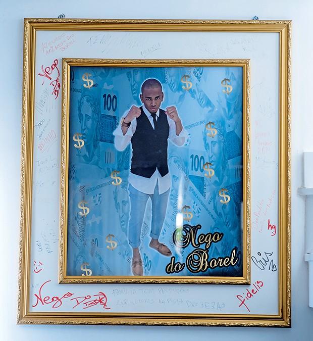 Quadros com o nome do cantor decoram a residência  (Foto:  )