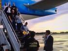 Mãe e padrasto de Ezra chegam ao Brasil para responder por assassinato