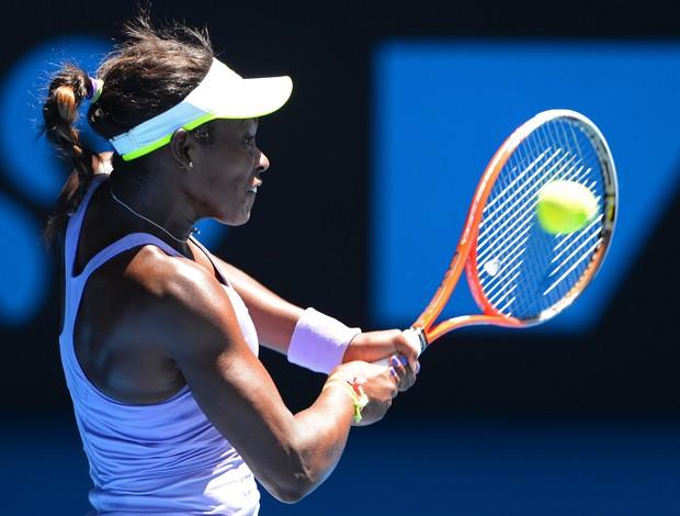 Sloane Stephens dispara um backhand contra Serena Williams (Foto: AFP)
