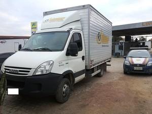 Caminhão foi encontrado estacionado em posto de combustível.  (Foto: Divulgação.)