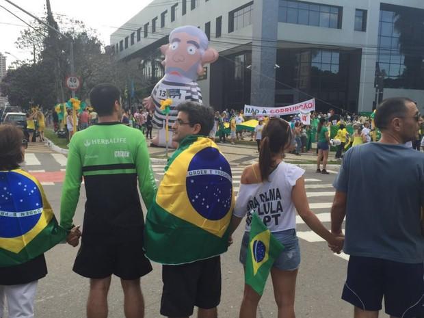 Grupo promove 'abraço' à PF durante protesto contra Dilma e Lula, em Goiás (Foto: Honório Jacometto/TV Anhanguera)