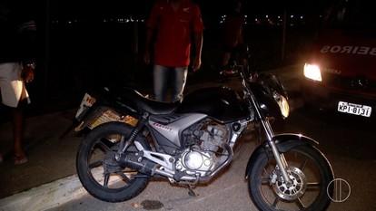 Homem sofre acidente com moto após ser surpreendido com uma vaca na pista