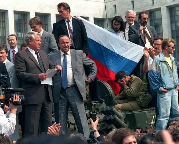 Foto de Boris Yeltsin (com papel na mão) em cima de um tanque deu a volta ao mundo (Foto: AP)