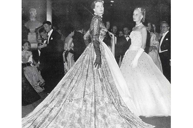 The French actress Capucine (the future star of The Pink Panther and What's New, Pussycat?), wearing Givenchy at the Versailles ball in 1952 (Foto: GIVENCHY)