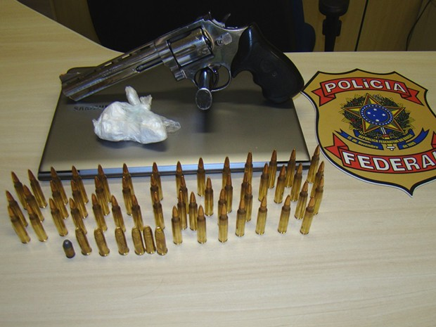 Homem estava com municção de fuzil, um revólver e 39 gramas de cocaína (Foto: Divulgação/Polícia Federal do RN)