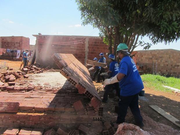 Fiscais do GDF derrubam casa no Setor Habitacional Sol Nascente, em Ceilândia, neste sábado (22) (Foto: Libermário Almeida/Seops)