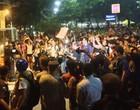 Protesto na  casa de Cabral já dura 4 horas (Priscilla Souza/G1)