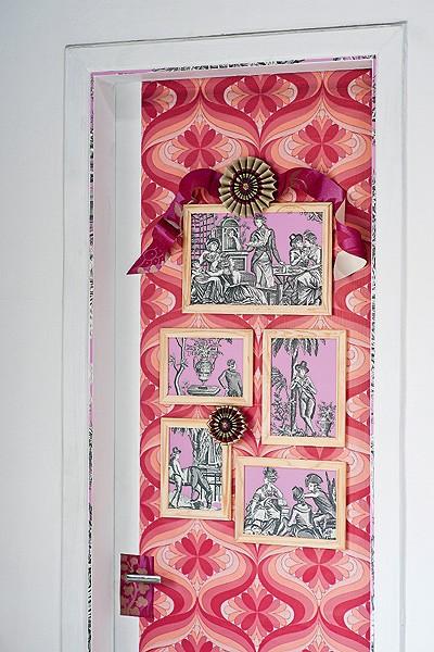 Na porta, forrada com papel de parede vintage, comprado no site ebay, rosáceas de papel listrado da Cole& Son, R$ 780, da Celina Dias, e molduras de madeira, da Ester Multiatacado, com papel de parede Bellegarde Balleroy Rose, da francesa Manuel Canovas,  (Foto: Chris Parente)