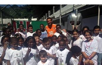 Crianças refugiadas passam dia na sede do Fluminense e tietam Fred