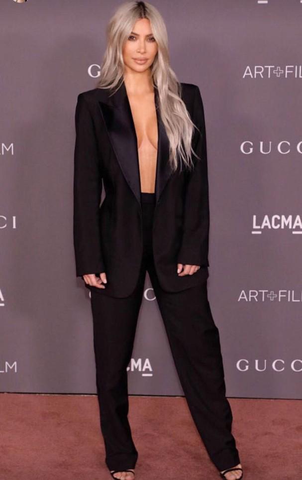 Kim Kardashian no tapete vermelho do LACMA (Foto: BACKGRID)