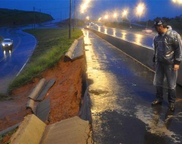 Diversos trechos de rodovias deslizaram (Foto: Cesar Culiche / Divulgação)