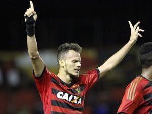 Renê comemora gol contra o Sampaio Corrêa (Foto: Aldo Carneiro/Pernambuco Press)