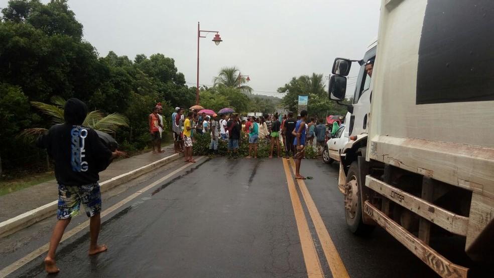Moradores de comunidade em Mata de São João bloqueiam BA-099 durante manifestação (Foto: Arquivo Pessoal)