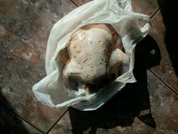 Suspeitos foram flagrados por policiais tentando se esconder em padaria com o frango.  (Foto: Divulgação/Polícia Militar)