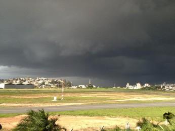 Céu visto do Aeroporto do Carlos Prates, no final da tarde desta segunda-feira (10). (Foto: Leandro Carvalho/Arquivo Pessoal)