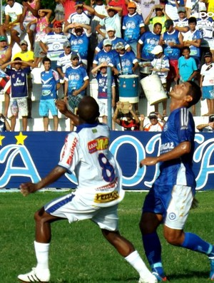 Luciano, do Parnahyba, disputa lance no centro do gramado (Foto: Renneé C. Fontenele/Portal Azulino)