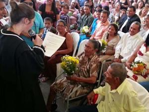 Casamento aconteceu dentro do Programa Justiça na Praça ao lado de outros 122 casais (Foto: Jorge Talmon/G1)