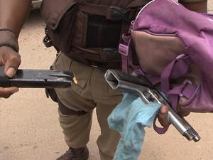 Polícia encontra pistola e drogas dentro de lancheira de criança na BA (Foto: Reprodução / TV Bahia)