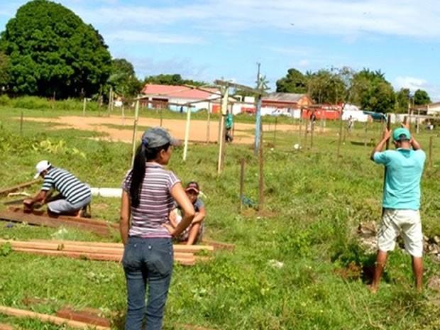 Ocupantes começaram a fazer as demarcações de lotes (Foto: Sérgio Bittencourt)