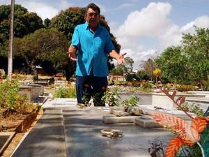 Dagô foi ao túmulo dos pais, num cemitério público de Natal, agradecê-los pela confiança e vitória (Foto: Rafael Barbosa/G1)