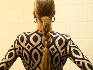 Fê troca o solto habitual por uma trança estilizada (Foto: Isabella Pinheiro/Gshow)