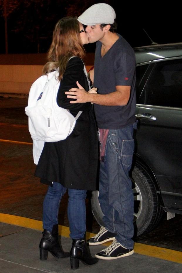 Paolla Oliveira ganha beijo do namorado ao chegar a aeroporto (Foto: Rodrigo dos Anjos/Ag News)