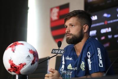 Diego concede entrevista no CT do Flamengo (Foto: Gilvan Souza/Flamengo)