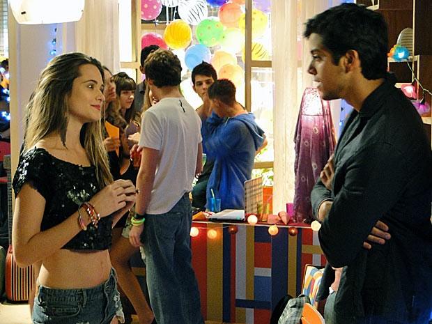 Fatinha chega em Bruno, mas ele dá um fora nela (Foto: Malhação / TV Globo)