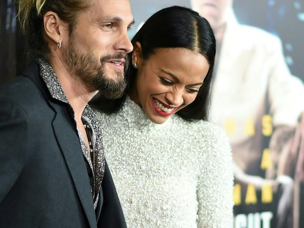Zoe Saldana e o marido, Marco Perego, em première em Los Angeles, nos Estados Unidos (Foto: Robyn Beck/ AFP)