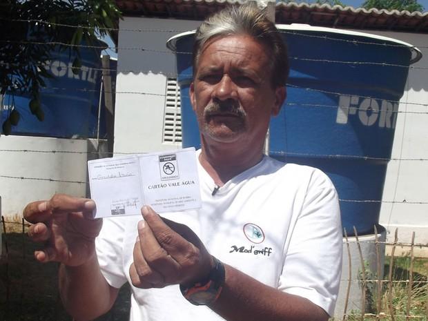 Ozawa Brasil mostra cartão que a prefeitura de Ipueira, RN, criou para controlar distribuição de água para a população (Foto: Anderson Barbosa/G1)