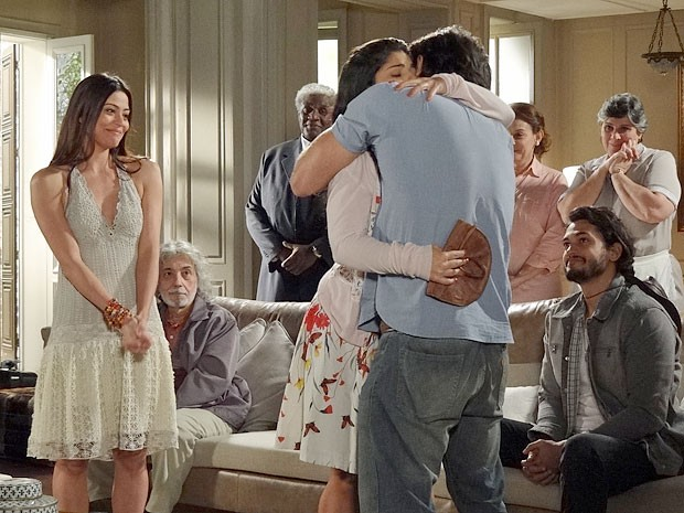 Gracinha ganha abraço de Tobias após ser perdoada (Foto: Amor Eterno Amor/TV Globo)