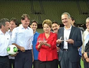Dilma trofeu castelão (Foto: Diego Morais/Globoesporte.com)