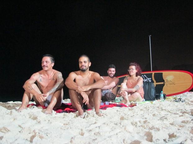Frederico Reis, Rafael Macedo e Edu Garcia levam a amiga Sandra Mendes para curtir praia à noite (Foto: Gabriel Barreira/G1)