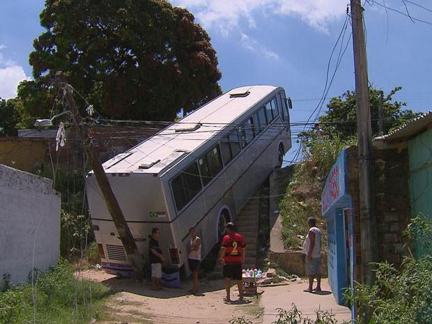 Ônibus despenca de ladeira após ser alvo de assaltantes no Recife (Foto: Reprodução / TV Globo)