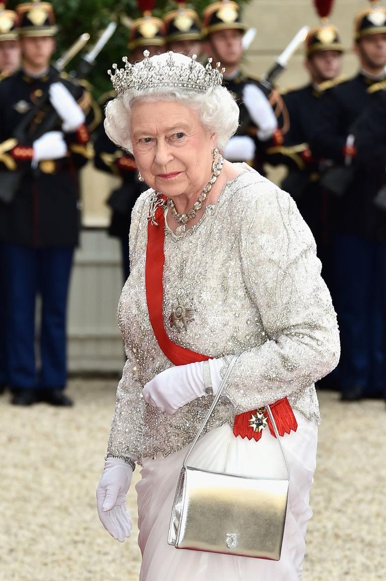 Rainha Elizabeth II com uma de suas 200 bolsas Launer (Foto: Getty Images)