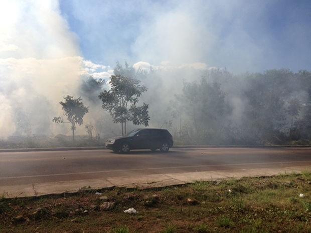 Fumaça gerada prejudicou visibilidade dos motoristas na região do Centro Político Administrativo. (Foto: Marcos Landim / TVCA )