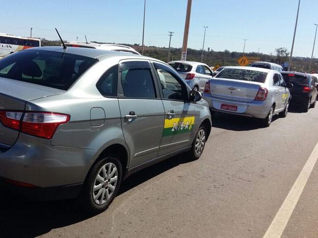 Táxis durante carreata em Brasília em protesto contra o aplicativo Uber (Foto: Isabella Calzolari/G1)