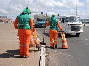 Garis do Serviço de Limpeza Urbana do DF trabalham na região central de Brasília (Foto: Pedro Ventura/Agência Brasília)