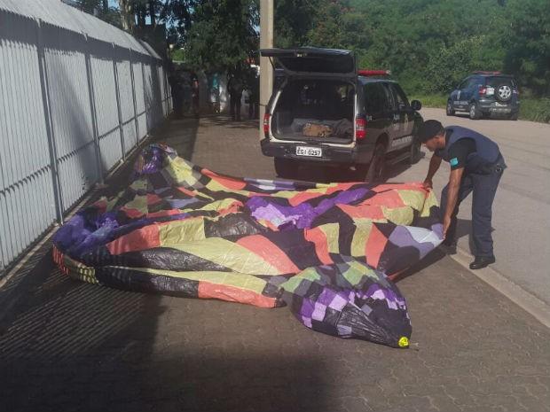 Grupo é detido após ser flagrado tentando resgatar balão em Jundiaí (Foto: GM de Jundiaí/Divulgação)