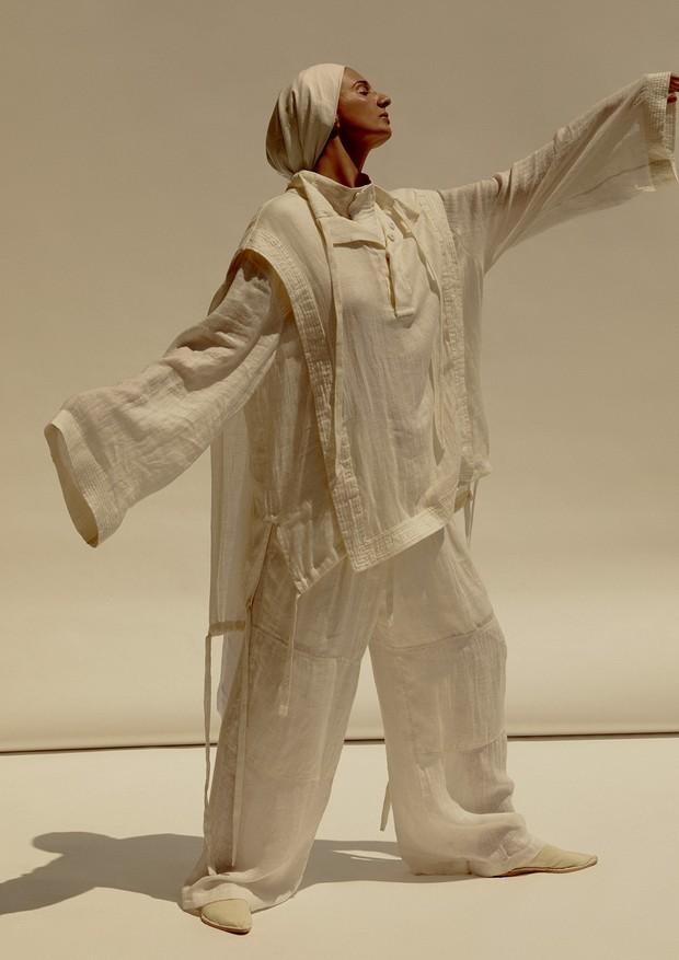 Letícia usa túnica, R$ 797, calça, R$ 897, e mules, R$ 497, tudo Osklen.  (Foto: Rafael Pavarotti)