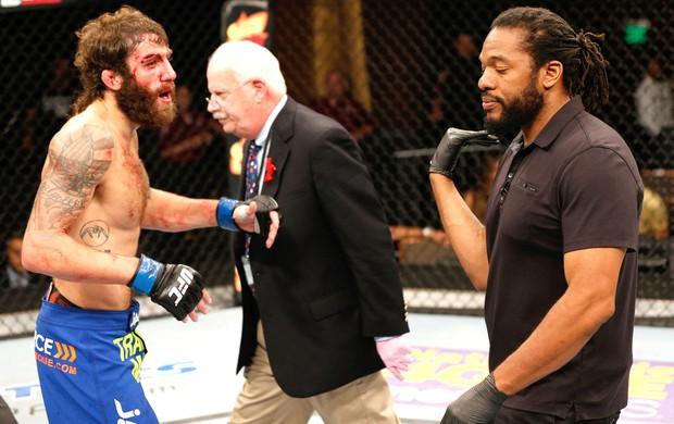 Michael Chiesa e arbitro Herb Dean, UFC (Foto: Getty Images)