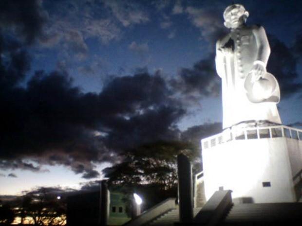 Colina do Horto é iluminada por gerador após corte de energia (Foto: TV Verdes Mares/Reprodução)