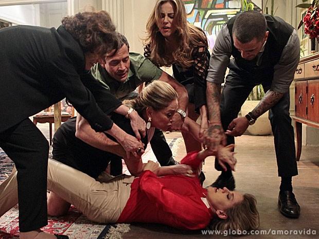 Na cena, Pilar é impedida de seguir agredindo Edith (Foto: Pedro Curi/TV Globo)