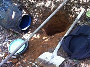 Material estava dentro de tonel escondido no Bairro Dona Diva em Patrocínio (Foto: PM/Divulgação)