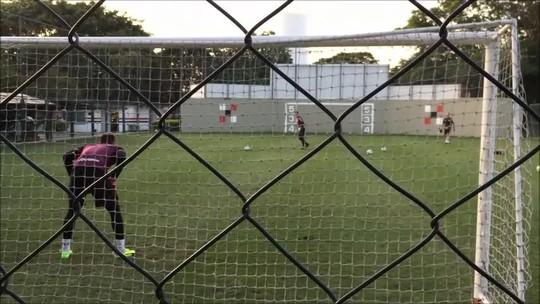 """""""Joga a luva"""": goleiros do São Paulo se divertem em disputa no treino; veja"""
